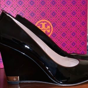 Tory Burch Astoria 90mm Wedge - Black patent - 9.5